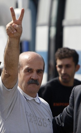 Said al-Atabeh, the longest-serving Palestinian prisoner in Israeli custody, gestures upon his release at the Beitunya checkpoint outside the West Bank city of Ramallah August 25 , 2008.  REUTERS/Baz Ratner (WEST BANK)